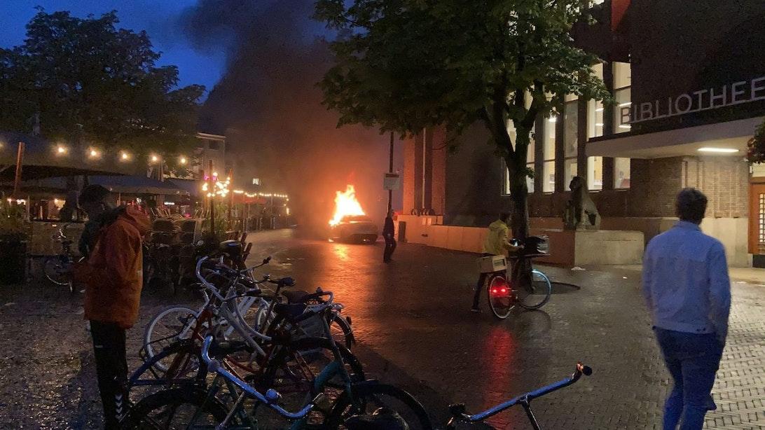 Auto staat in lichterlaaie aan de Neude in Utrecht; meerdere knallen te horen