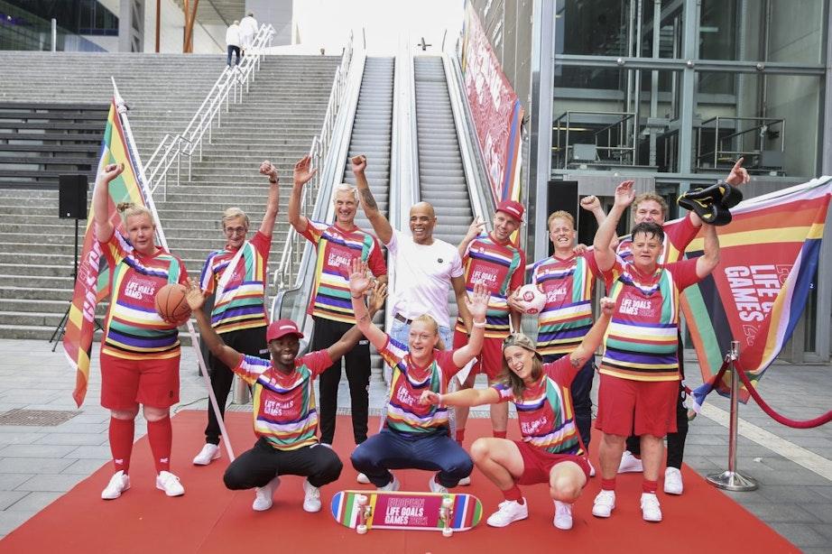 Nederlands team voor European Life Goals Games presenteert kleurrijke tenues op roltrappen Jaarbeursplein