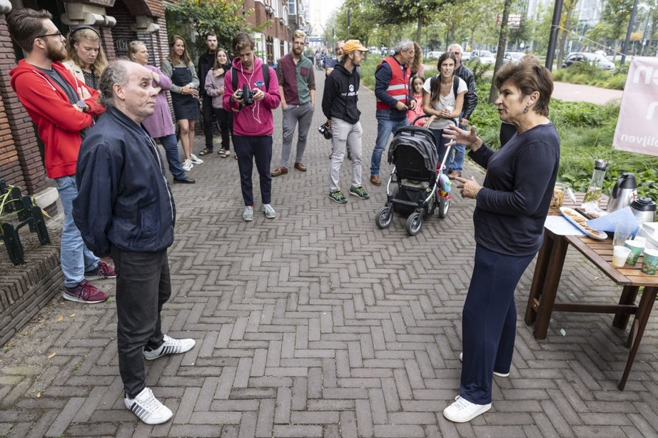 Lilianne Ploumen (PvdA) spreekt met bewoners Croeselaan die mogelijk verplicht moeten verhuizen