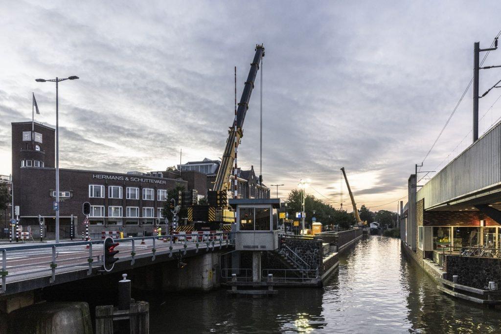 Flinke operatie bij Kruisvaart in Utrecht; drie brugdelen moesten eruit voor passerende woonboten