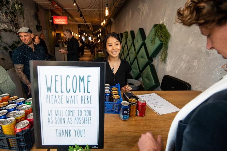 Restaurant Waku Waku verkoopt weer drinken onder luid gejuich van actievoerders