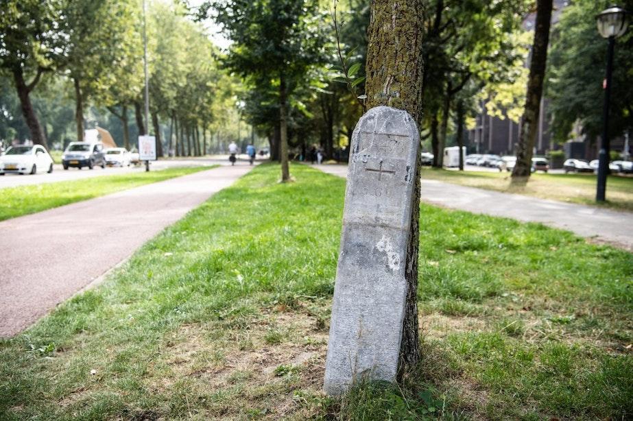 Wie weet er meer over deze stenen paal die al twee jaar los langs de Catharijnesingel staat?