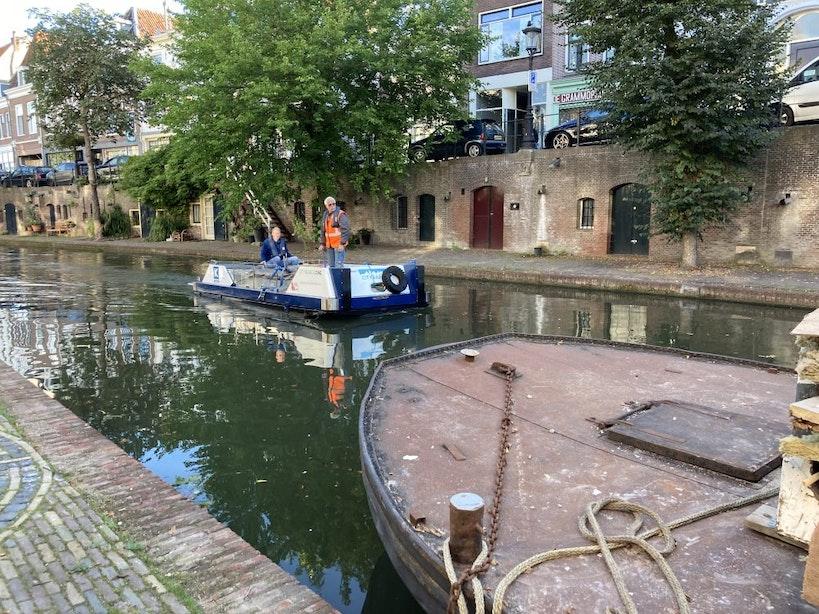 Utrechtse aannemer vervoert bouwmaterialen met elektrische boot over de grachten