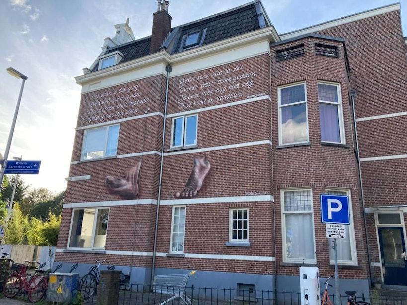 Nieuwe muurschildering met gedicht van Ingmar Heytze onthuld op de Biltstraat