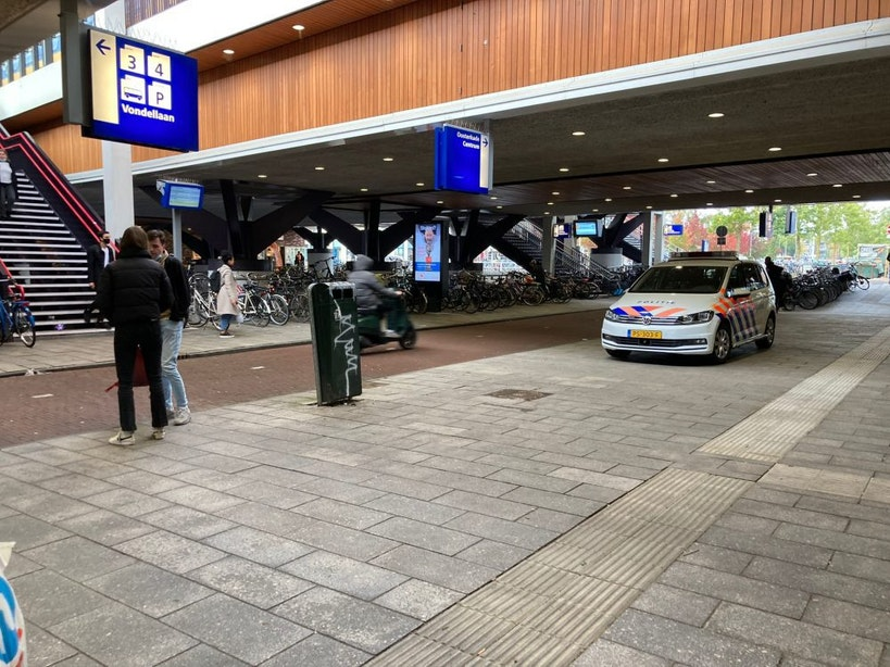 Politie houdt twee verdachten aan in trein op station Vaartsche Rijn na meldingen over mogelijk vuurwapen