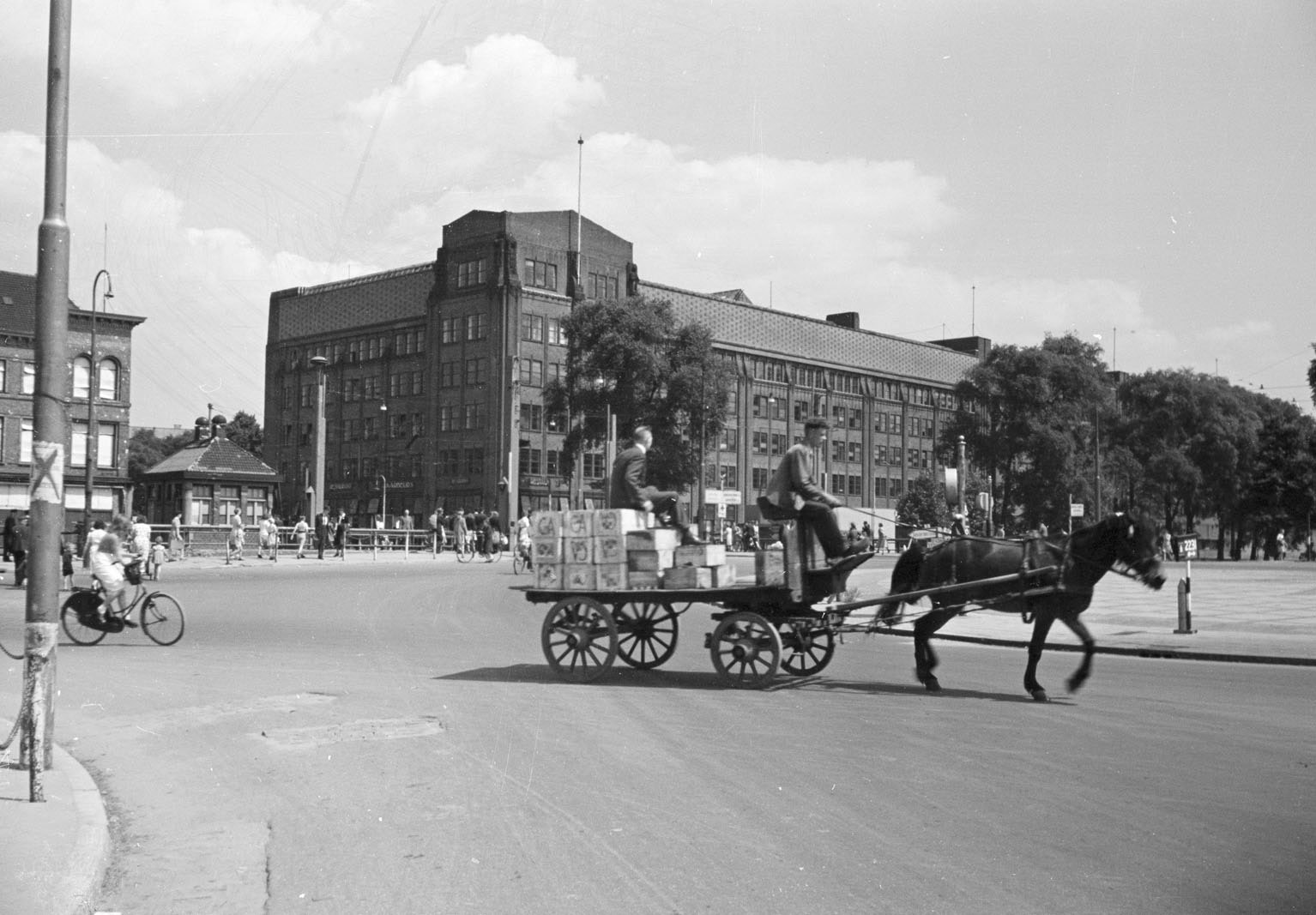 Utrecht through the years;  The changing city in pictures
